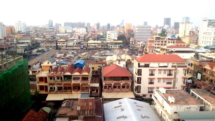Phnom Penh gezien vanaf het zuiden. In het midden de golfplaten daken van de Psar Toul Tom Poung, mijn favoriete markt.